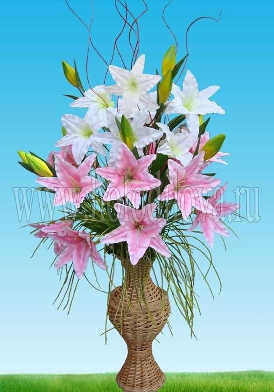 Лилии в напольной плетеной вазе